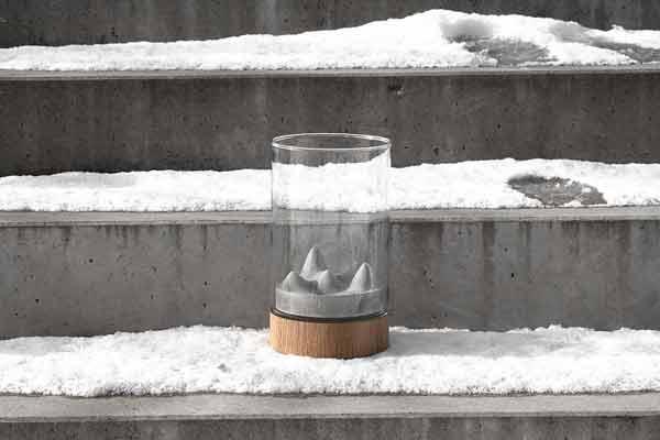 Váza Novaza Moon na zasněžených schodech