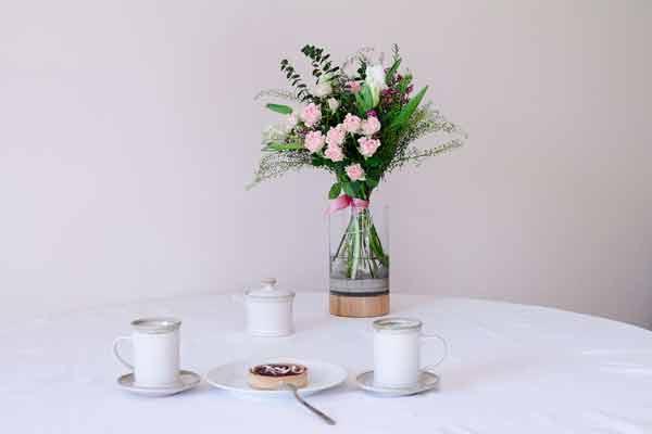 Valentýnské zátiší s romantickou květinou ve váze Novaza Moon jako valentýnský dárek