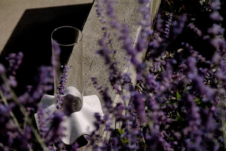 Váza Novaza 77 na zahradě mezi květinami