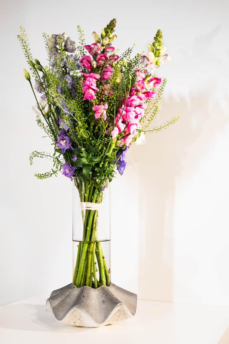 Váza Novaza 77 s květinou od květinářství Papavera