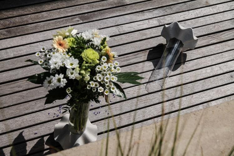 Váza Novaza 77 s květinou venku na terase