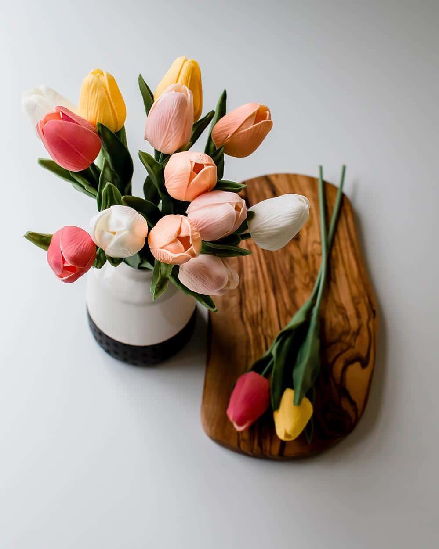 Velikonoční květina tulipánů v jarní paletě barev